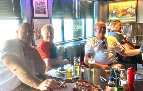 FINALESTEMNING: Mennene rundt bordet ser fram til fotballkampen