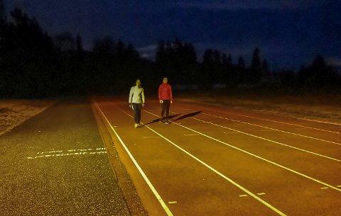 NÆMER SEG MÅL: Seint tirsdag kveld nådde Maren Evenstad (t.v.) og Norah Aamodt Grønhovd  de magiske 100.000 skrittene, de hadde satt seg som mål gå i løpet av en dag.