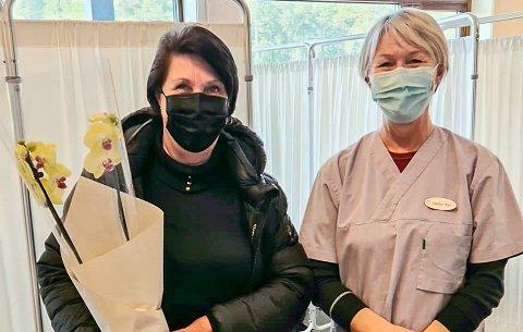 VAKSINERING: I forrige uke ble Berit Skinnes Fossen nummer 500 i Krødsherad som fikk koronavaksinen. Det runde tallet ble markert med en blomsterhilsen fra sykepleier Kari Moen.
