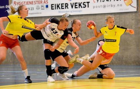 SCORER: Anna Sveaas (7) scorer i NM-oppgjøret mot Fredrikstad i Sentrumshallen. ALLE FOTO: OLE JOHN HOSTVEDT