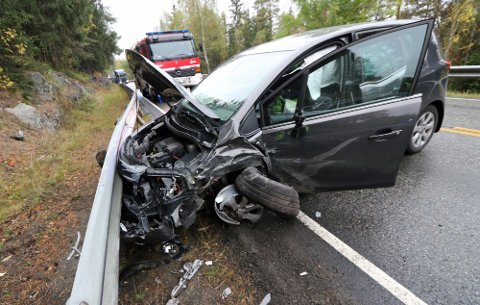 To biler fra involvert i en frontkollisjon i Øvre Eiker.