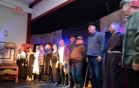 På scenen: Lokale skuespillere fikk stor applaus på forestillingen på grendehuset.