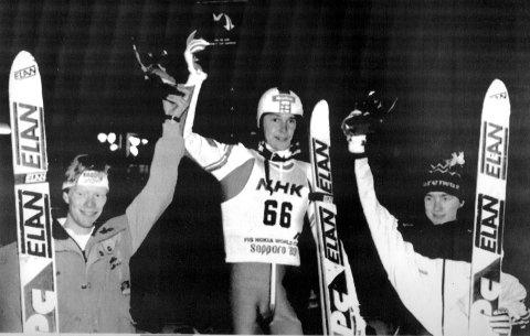 PÅ PALLEN MED HELTEN: 17. desember 1988 ble Clas Brede Bråthen (t.h.) nummer tre i storbakken i Sapporo. Det ble hans eneste pallplass i verdenscupen. Matti Nykänen (i midten).
