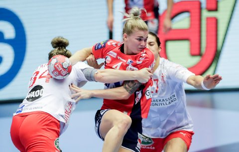 SPILLER FINALE: Mjøndalsjenta Veronica Kristiansen spiller EM-finale for Norge mot Frankrike i kveld. Her fra fredagens semifinale mot Danmark.