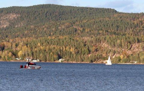 PÅ GRUNN: Det var lørdag ettermiddag at en seilbåt gikk på grunn ved Svelvik.