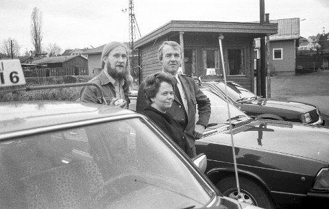 Ny drosjebu: I 1978 var det drosjer plassert i Vestfossen, og det ble til og med tatt i bruk ei ny drosjebu. Her er det sjåførene som var til stede en dag i august. I bakgrunnen bua som også hadde fått nytt kommunikasjonsutstyr. Foto: Jan Rasmussen