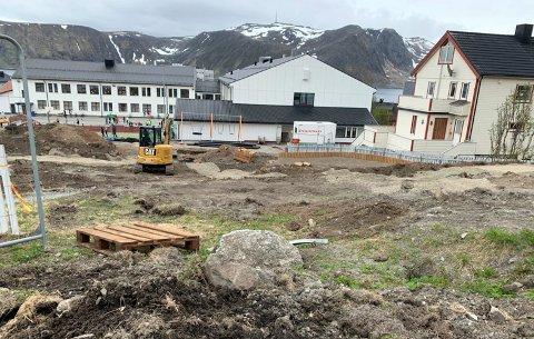 Byggingen av nye utearealer er i full gang ved Honningsvåg skole.