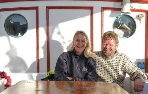 REIARPARET: Då den ordinære marknaden for Loyal forsvann, måtte eigarane Stein Arve Olsen og Linda Kaldestad snu seg rundt og prøve ut andre ting. No er dei på strandryddingstokt med Sunnfjord Folkehøgskule.