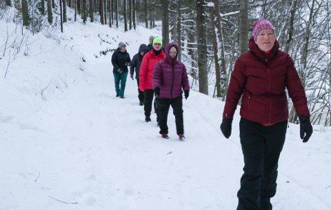 I FRONT: Anne Margrethe Bjørkum o På tur med Miljøhusets turgruppe tysdag 12. januar.
