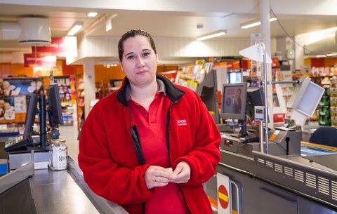 FLINK: Renate Eikeset Grov starta som ekstrahjelp, no går ho frå den eine butikksjefsjobben til den andre takka vere kunnskapen og erfaringa ho har opparbeidd seg.