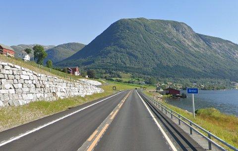 PÅ E39: I denne 80-sona ved Årdal stod Nordfjord-patruljen fredag. Der vart åtte tekne for fart, der tre av desse bikka 100 kilometer i timen.