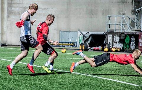 ELLEVILL FEIRING: Joona Veteli (til høyre) avgjorde internkonkurransen mellom de eldste og yngste FFK-spillerne.  Mads Nielsen og Tim NIlsen har ikke noe imot å være med på feiringen.