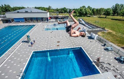 Sesongens første hopp: Herman Syversen var en av de første som brukte friluftsbadet på Kongsten denne sommeren. Siden har over 42.000 kjøpt billett.