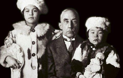Polarheltens østsibirske døtre: Dette er det nærmeste Roald Amundsen kom å få en familie. Her er han fotografert sammen med de to jentene han tok til seg, Camilla Carpendale (t.v.) og Nita Kakot Amundsen. Bildet er tatt i 1922 og er komponert som et familiebilde.Foto: Fra boken «KAPP HJERTESTEIN»