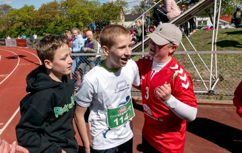 MIDTPUNKTET: Jan Karolszak (i midten) ble feiret etter målgang i sitt heat.