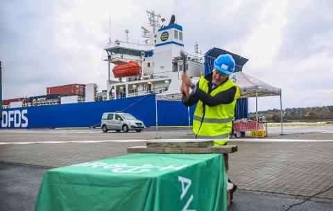 Styreleder Trond Delbekk kutter snoren under åpningen av det nye kaiområdet ved Borg havn nylig. Havna rustes opp for store beløp, men det mangler penger til mudring. Nå vil  ordførerne ha svar.