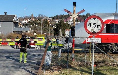 Bare sekunder etter at bilen kom seg av skinnegangen passerte toget planovergangen på Brevik.
