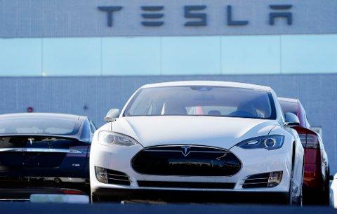 UTSLIPP: Selv om bilene til Tesla er utslippsfrie, er selskapet langt fra så grønt som klimaforkjemperne kanskje skulle ønske. Foto: David Zalubowski (AP)