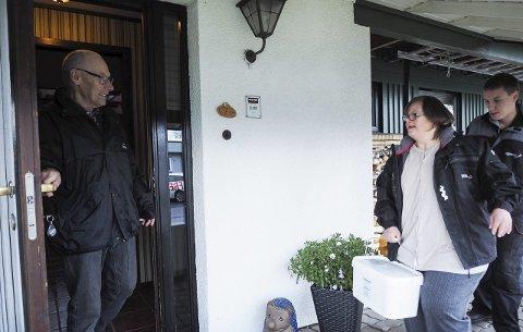 Første boks: Ole P. Pettersen (76) fikk torsdag strøsand levert på døren av Agenda og kommunen. Katrine Hellem Øksenberg jobber blant annet med å feste etiketter på boksene, mens Kjell Einar Bjernes på Agenda fyller boksene med sand. Begge foto: Lone Martinsen