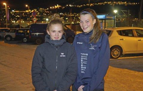 TATT UT: Thea Dauga Kuraas (15) og Kamilla Skogvold Olsen (17) er i Oslo på U18-landslagssamling i ishockey. Foto: Odd-Georg H. Benjaminsen.