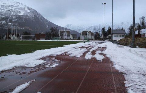 Snødekt: Slik så løpebanen på Narvik Stadion ut bare dager før TINE-stafetten.Foto: mikael Marius Brendvik
