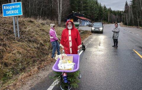 SISTE TUREN: Dette var kanskje den siste turen med trillebårhandel for Hilde Lundberg og Bent Hansen. På svensk side Ellinor Syversen i Bograngen Lanthandel.