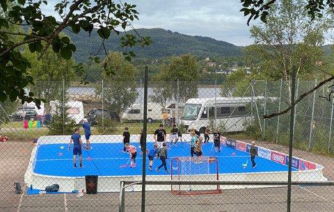 INNEBANDYSKOLE UTE: Forrige helg arrangerte Narvik Wizzards IBK innebandyskole for 8-12 åringer som for anledningen måtte flyttes ut på grunn av koronatiltak. Ifølge klubben ble arrangementet en stor sukess.