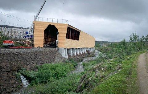 NYTT OG FLOTT: Slik blir det nye snøoverbygget på Bjørnfjell seende ut. Det er beholdt i samme stil som det verneverdige snøoverbygget som brant ned.