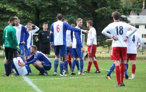 En av mange lignende situasjoner der Buøy spillerne var misfornøyde med dommerens avgjørelser.