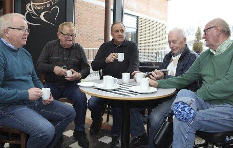 GUBBEBORDET: Jostein Mengkroken (t.v.), Bent Hylle, Åge Mobekk, Erik Krogsrud og Svein Øverstrøm hadde mange meninger om presidentvalget i USA dagen derpå.