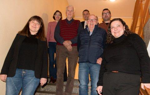 BUDSJETTFORSLAG: Posisjonspartiene i Kongsvinger er enige om et fellesforslag til budsjettjusteringer for neste år. Fra venstre varaordfører Eli Wathne (H), Inger Noer (V, Thor Ringsbu (KrF), Henrik Mohn (MDG), Kjell Arne Hanssen (Frp), Tommy Smedtorp (Sp) og ordfører Margrethe Haarr (Sp).