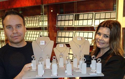 IMPORTER SELV: Søsknene Mari og Anders Dybendal leder i dag suksessbedriften på Flisa. Her er de med et brett diamanter, en vare som man er stor på.
