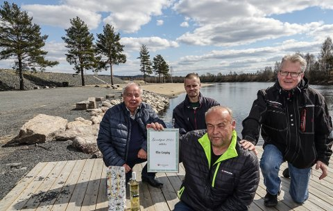 OVERRAKTE PRIS: Bård Holmen fikk grendeprisen til Frp i Åsnes.  Fra venstre Per Roar Bredvold, Kenneth Konttorp og John Holen som overrakte prisen til Holmen.
