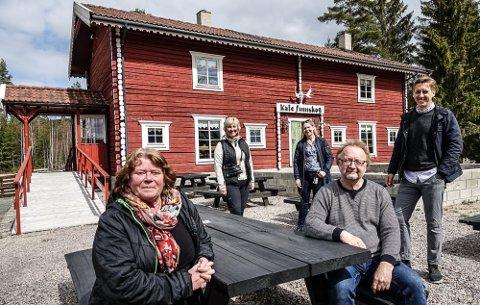 VIL SELGE: Eva Halvorsen og Werner Stiefel , foran, ønsker å selge Kafe Finnskog. Bak fra venstre Iren Carlström, leder i Finnskoen Natur - og kulturpark, daglig leder i Solør Næringshage, Anette Strand Sletmoen, og leder i utvalget for samfunnsutvikling i Åsnes, Kristian Botten Pedersen.