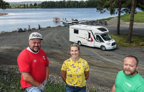 IDYLL: Fra venstre: De to som skal drive Flisa Camping AS, Arild Sagen og Hanna Kroken. Til høyre: Sindre Myrvold som leverte den første campingvognen på plassen i går. Etter hvert blir det rundt 200 vogn- og bilplasser. I bakgrunnen renner Flisa-elva ut i Glomma.