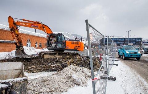 Dreneringsarbeid på parkeringsplassene utenfor Strandtorget i Lillehammer.