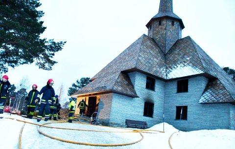 Torsdag ble Dombås kirke rammet av brann. Undersøkelser foretatt av Arbeidsgiverorganisasjonen for kirkelige virksomheter, viser at det er svært få kirker i fylket som er sikret med automatisk slokkeanlegg.