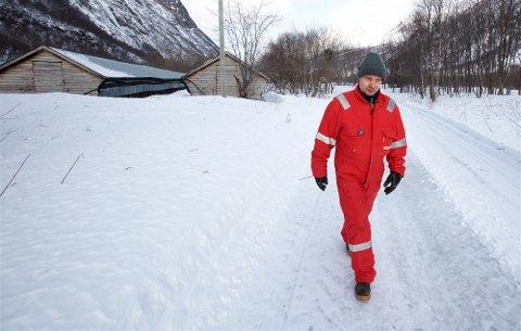 SLUTT: Levin Mikkelsen går gjennom den nedlagte pelsdyrgården etter at de siste skinnene er sendt av gårde. Siden tidlig på 1980-tallet har han jobbet med å bygge opp gården. Nå er det slutt.