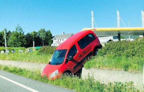 En rød Peugeot Partner trillet utfor parkeringsplassen mellom Kiwi og Uno X på Vingnes lørdag.