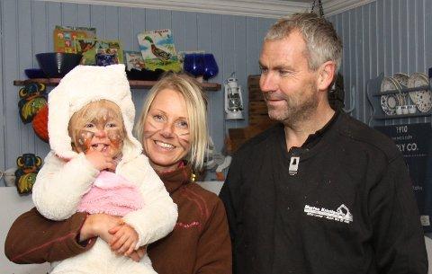Anne Marte mener mannen har fått altfor lite skryt. Lotte (2), Anne Marte og Morten Kristiansen.