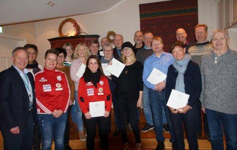 GLADE MOTTAKERE: Nesten 2,7 millioner kroner ble fordelt da Sparebankstiftelsen delte ut støtte til lokale lag og foreninger. Til venstre: Kai Viggo Håkonsen (Sparebankstiftelsen DNB).