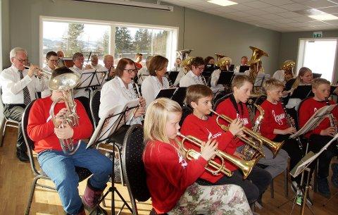 UNG OG GAMMEL: Skolekorpset i Lunner med konsert sammen med Vestre Lunner Musikkforening.