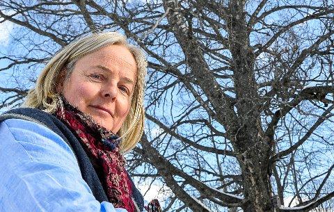 INGEBORG OG BJØRKA: Denne bjørka er grunnen til at jeg kom hit, sier Ingeborg Solbrekken