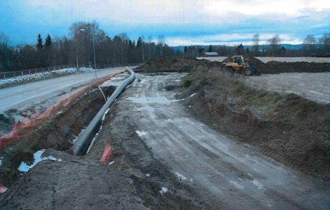 BEKLAGER: Kommunaldirektøren beklager sterkt at et fornminne ble delvis ødelagt ved legging av denne vannledningen.