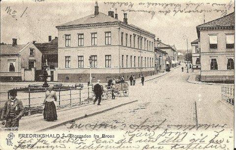 WIELS PLASS: Postkortet fra ca. 1900 viser rådhuset mens det fortsatt var privatbolig for Wenche Wiel. Den gang hadde huset hovedinngang mot bakgården og ingen dør mot Storgata. Merk også vindusfargen, som var mørk, for å få vinduene til å se ekstra store ut. Postkort fra Kjell Gjestebys samling.