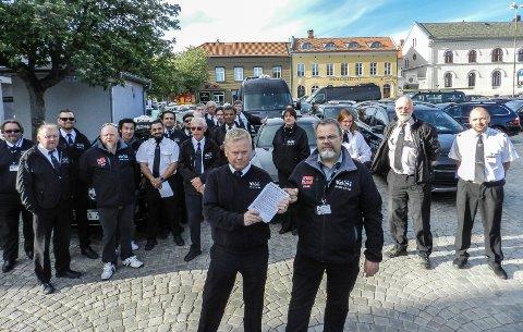 MARKERING: De protesterer mot lovforslag. I front sees nestleder Thore Lauritzen i Halden Taxi (tv) og Vegard Skogli.