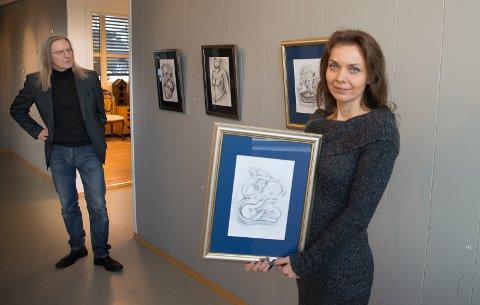 STILLER UT: Gabriela Szymanska er fra mandag 20. februar på plass i Ankerløkken rammeverksted. I bakgrunnen står samboer Jaroslaw Radtkowski.