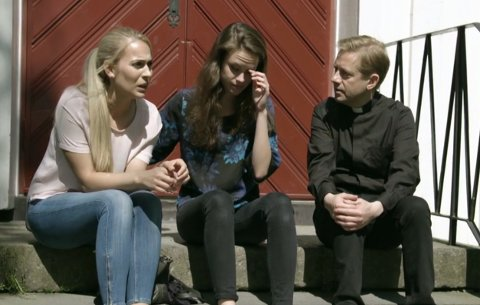 LESBISK: Matilde Solbakken (venstre) spiller lesbisk brud i den nyeste episoden av «Presten».
