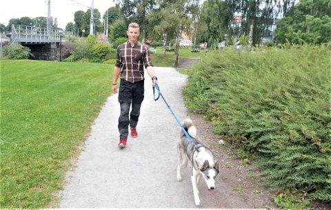 KLARE FOR TUR: Christian Platou skal sammen med den ni måneder gamle sibirske huskyen Saga ut på fottur fra Løten til Askvoll i Vestland. 25-åringen bruker store deler av årets ferie på turen og han er spent på om Saga vil like å gå fire mil om dagen.