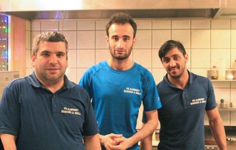 POPULÆRT: (f.v.) Baris Ösgür, Dilsöz Abdullah og Samiollah Gharib er i full gang med å servere kunder onsdag ettermiddag, men tar noen sekunders pause for å stille opp på bilde.
